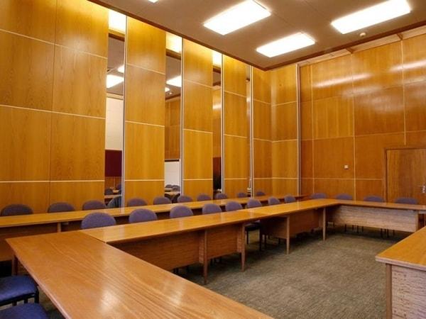 Vách ốp hội trường gỗ Veneer có ưu điểm gì?