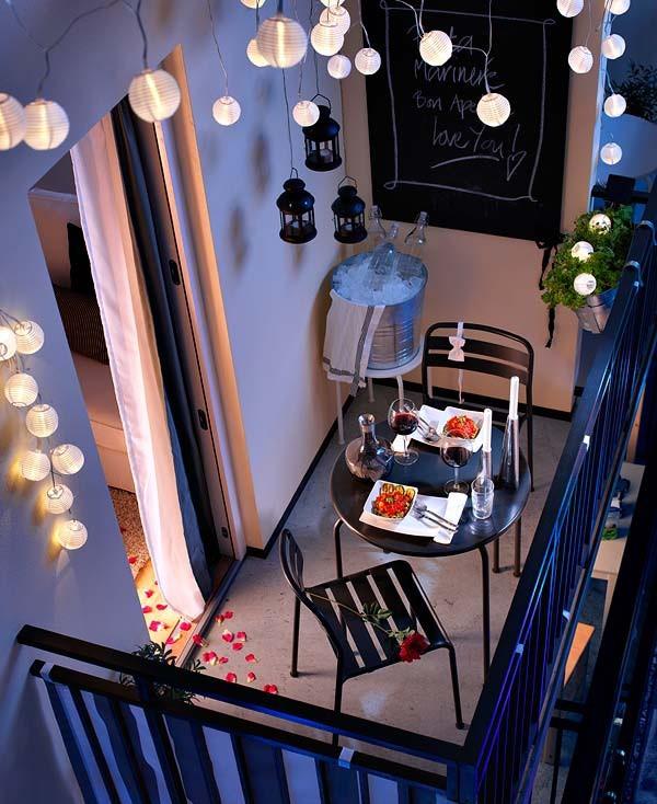 Gam màu tím nhẹ nhàng, thư thái, cùng với những chiếc đèn tròn được treo lên thắp sáng
