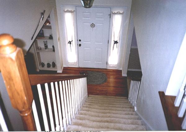 Không nên thiết kế cầu thang đối diện cửa chính