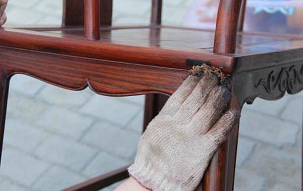 Đánh Vecni đảm bảo độ bóng đẹp và khả năng chống xước tốt cho tủ gỗ