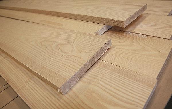 Gỗ tần bì có đường vân lớn hơn gỗ sồi