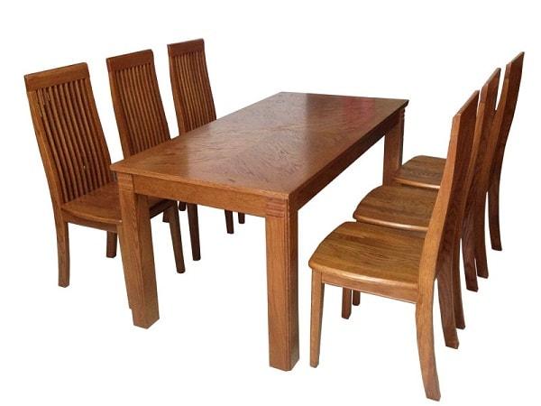 Không được để nước đổ lên bề mặt bàn ghế gỗ