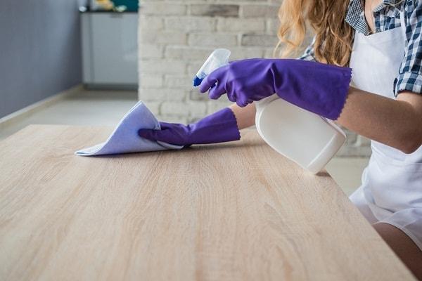 Thường xuyên lau chùi đồ nội thất gỗ bằng vải mềm
