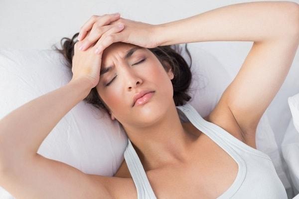 Cơ thể mệt mỏi, thiếu ngủ khi xem phim trong phòng ngủ
