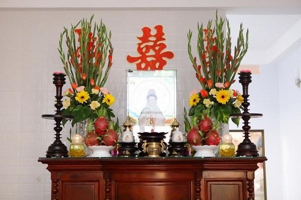 Những bình hoa tươi trên bàn thờ