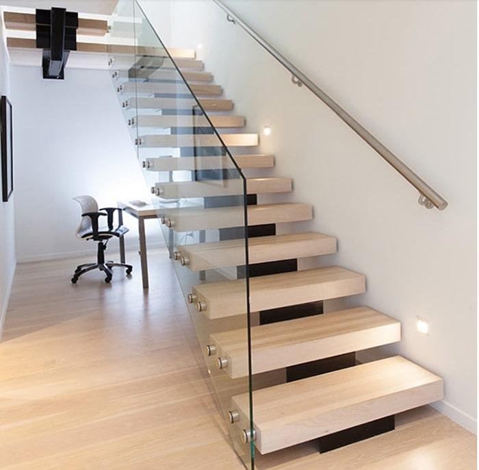 Thiết kế cầu thang sáng màu cùng tay cầm kim loại và mặt bên bằng kính hiện đại